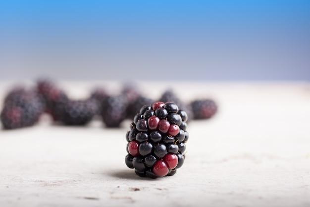 Blackberry sur une table en bois