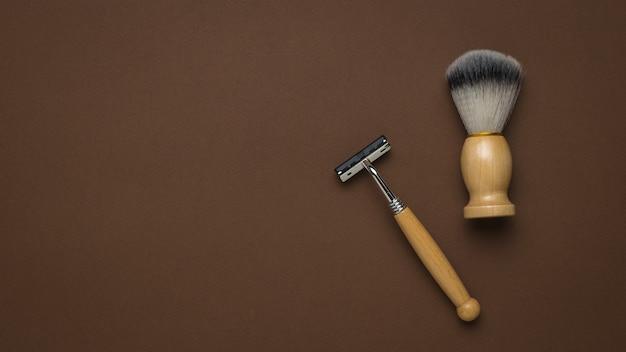 Blaireau et rasoir vintage sur fond marron. espace pour le texte.