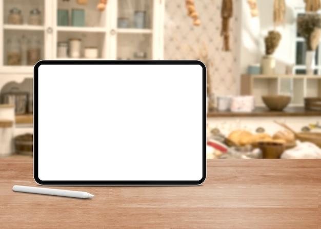 Blanc de l'écran de la tablette sur la table