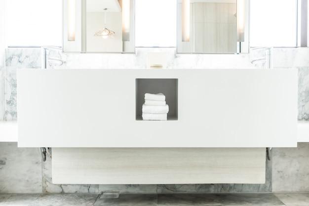Blanc évier en porcelaine avec des serviettes