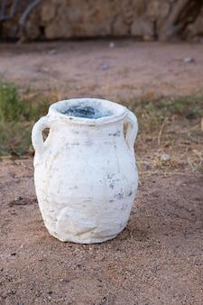 Blanc, faïence, poterie orientale traditionnelle, vase fait main.