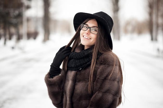Blanc heureux femme portrait d'hiver