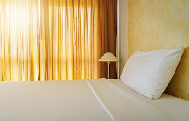 Blanc lit maid up avec un oreiller dans la chambre jaune