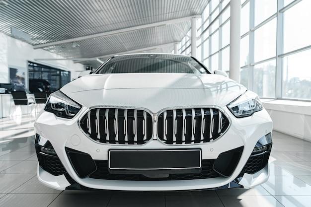 Blanc, luxe, passager, voiture, debout, à l'intérieur, salon