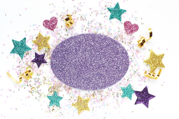 Blanc pour une carte postale avec étoiles multicolores, serpentine, paillettes.