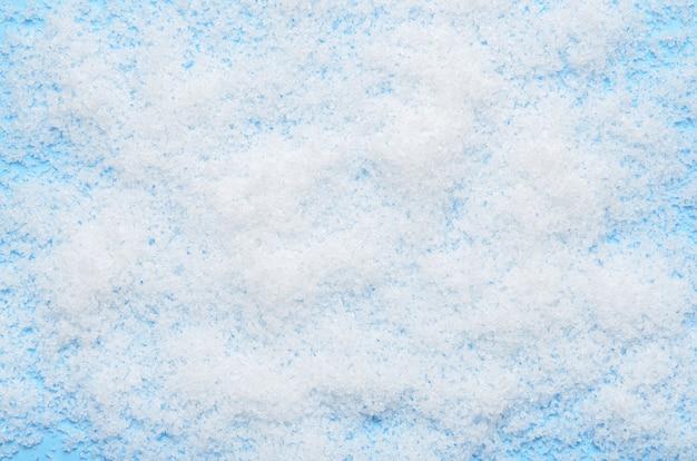 Blanche neige artificielle duveteuse sur fond bleu