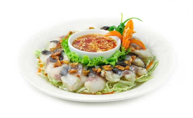 Blanchissage du poisson pangasius cuit à la vapeur