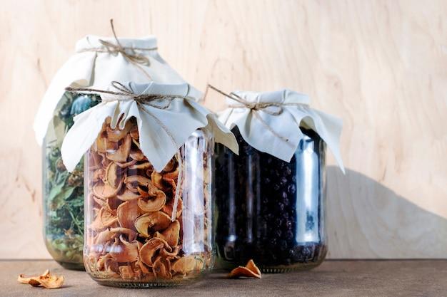 Blancs de fruits secs faits maison dans des bocaux en verre transparent sur un fond en bois. style vintage.