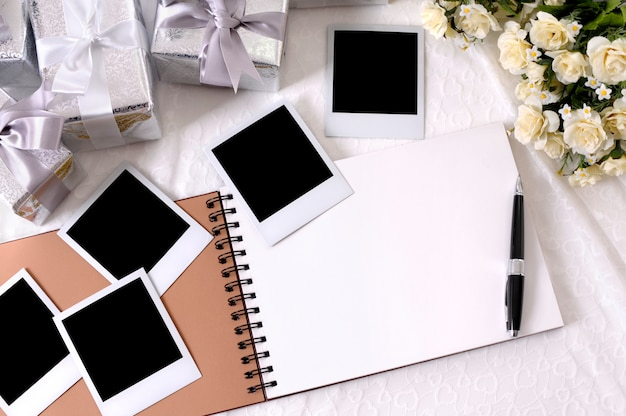 Blank notebook avec des éléments de mariage