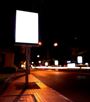 Blank de panneaux d'affichage à l'arrêt de bus en nuit