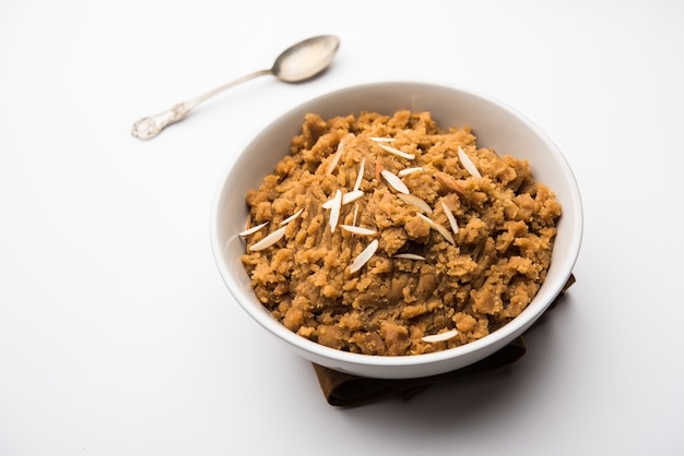 Blé laapsi, lapsi, shira, halwa est un plat sucré indien composé de brisures de blé ou de morceaux de daliya et de ghee avec des noix, des raisins secs et des fruits secs. c'est un aliment sain.