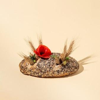 Le blé et le pavot poussent à partir du pain. idée d'été isolée sur fond rose. concept abstrait minimal. disposition carrée avec espace de copie