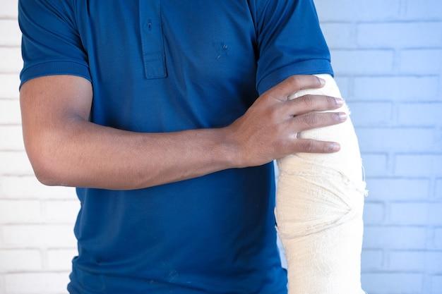 Blessé à la main douloureuse avec un bandage