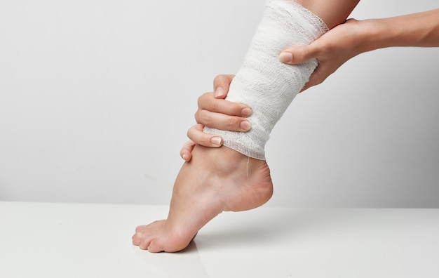 Blessure d'été femme jambe bandage problèmes de santé douleur. photo de haute qualité
