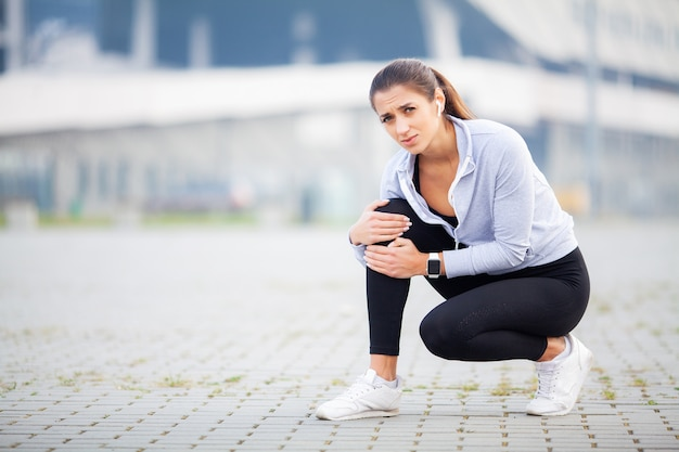Blessure de jambe. femme souffrant de douleur dans la jambe après l'entraînement