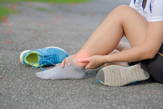 Blessure à la jambe sportive, douleur musculaire pendant l'entraînement.