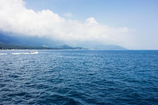 Bleu calme mer méditerranée, montagnes et yacht blanc