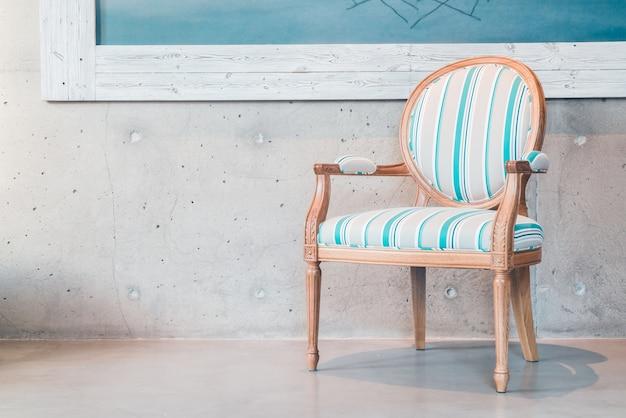 Bleu et chaise blanche