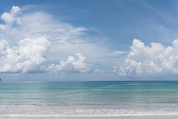 Bleu ciel nuageux à la lumière du jour / texture d'arrière-plan / espace de copie