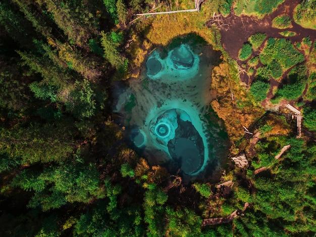 Bleu geyser, lac argenté avec sources thermales