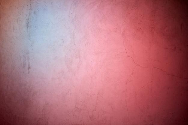 Bleu néon et lumière rouge se reflétant sur le mur de béton