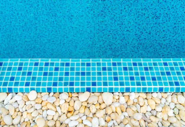 Bleu piscine ridée eau.