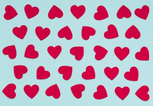 Bleu de la saint-valentin avec beaucoup de coeurs rouges en feutre