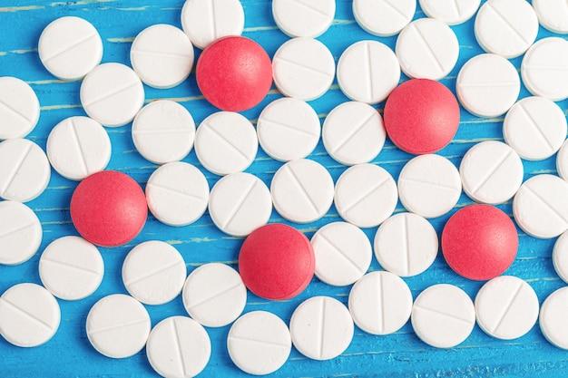 Bleu vif en bois avec tablettes blanches renversées