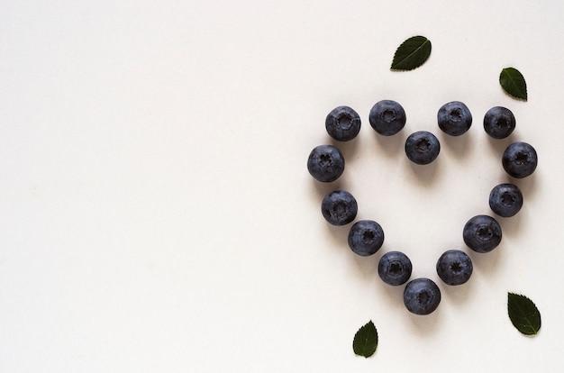 Bleuets en forme de coeur sur blanc