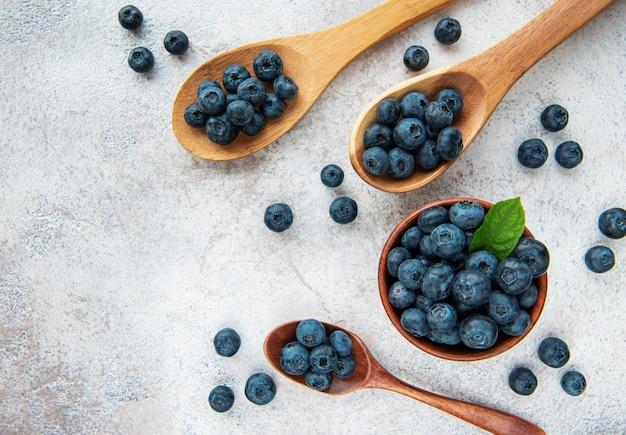 Bleuets fraîchement cueillis sur un fond de béton. concept pour une alimentation saine