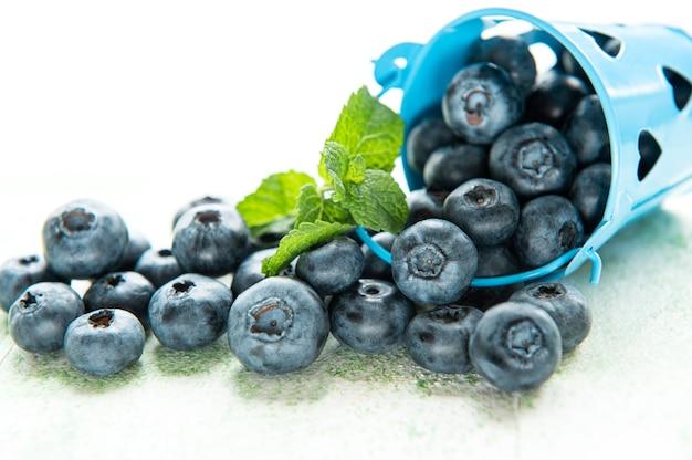 Bleuets fraîchement cueillis sur un fond en bois. concept pour une alimentation saine