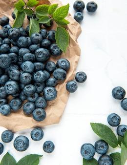 Bleuets fraîchement cueillis sur fond de carreaux blancs. concept pour une alimentation saine