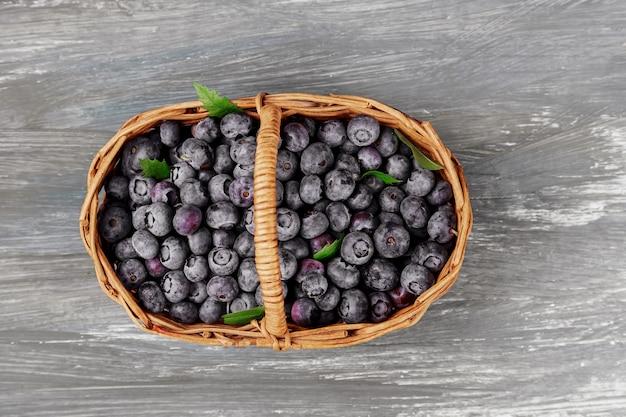 Bleuets frais dans la vieille table de panier, fruits mûrs de la forêt sur le marché fermier, frais généraux