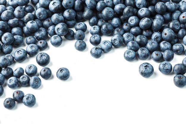 Bleuets frais isolés sur fond blanc