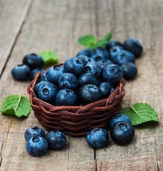 Bleuets frais sur une table