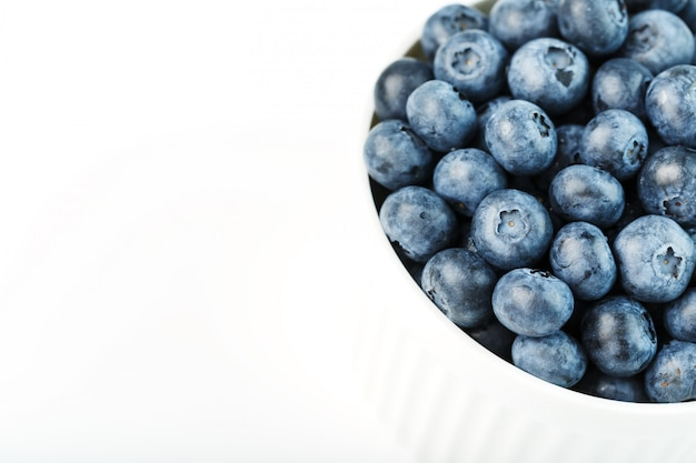 Bleuets mûrs frais dans un bol blanc