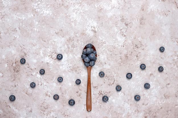 Bleuets naturels sur une surface brun clair, espace copie