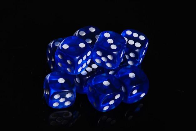 Dés bleus sur une surface noire. dépendance au jeu. chance
