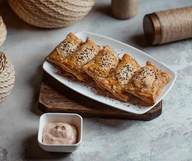 Blinchik rôti, crêpes russes avec sauce tartare.