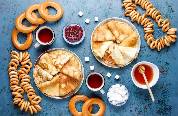 Blini aux crêpes russes avec sauces et ingrédients