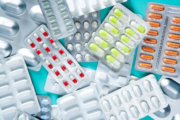 Blister médical pilules fond vert bureau