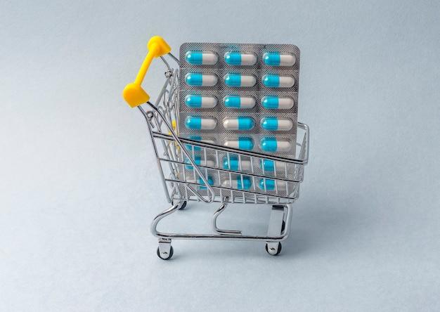 Blister de pilules dans un chariot ou un chariot. pharmacie et achat de médicaments.