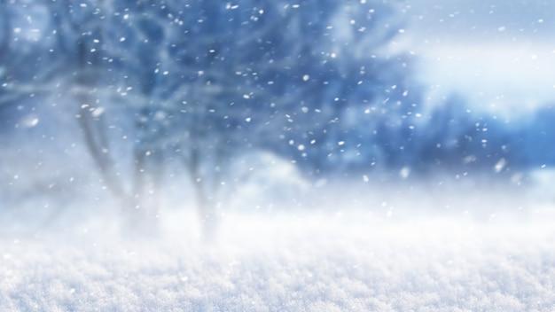Blizzard dans la forêt sur fond d'arbres flous