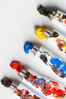 Blobs de peintures près des tubes