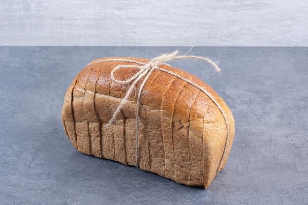 Bloc attaché de pain de mie sur marbre.