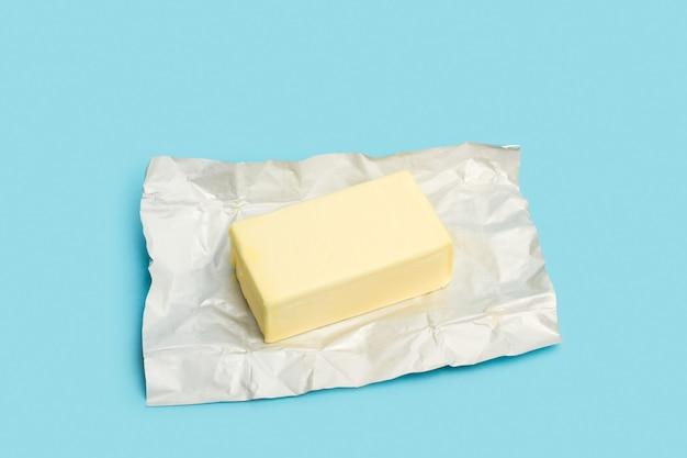 Un bloc de beurre sur un papier aluminium