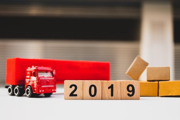 Bloc de bois année 2019 avec camion camion et carton utilisant comme concept logistique