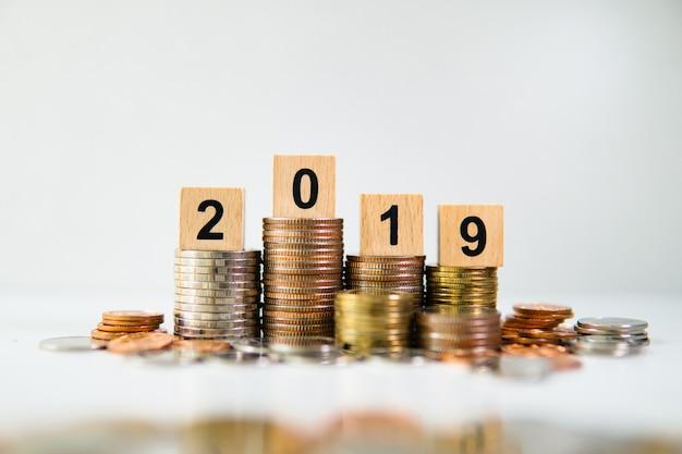 Bloc de bois année 2019 avec tas de pièces