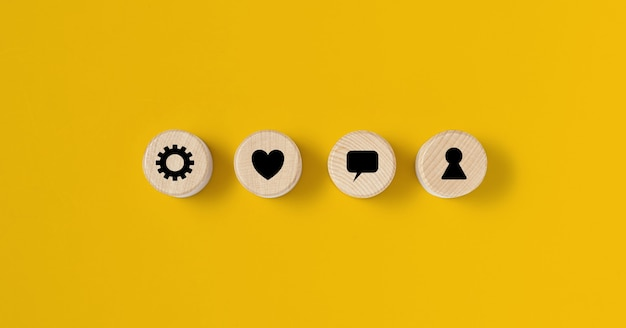 Le bloc de bois circulaire est placé sur un fond jaune, sur le bloc de bois il y a un contrat affiché. concept de bloc de bois, bannière avec espace de copie pour le texte, affiche, modèle de maquette.