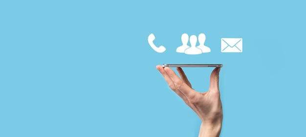 Bloc de bois symbole cube téléphone, email, contact. page de site web contactez-nous ou concept de marketing par e-mail.